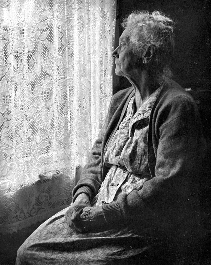 816px-Elderly_Woman_,_B&W_image_by_Chalmers_Butterfield